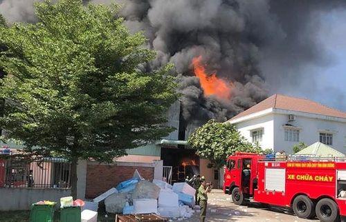 Bình Dương: Cháy dữ dội tại công ty sản xuất gỗ, nhà xưởng 2000m2 bị thiêu rụi - Ảnh 1