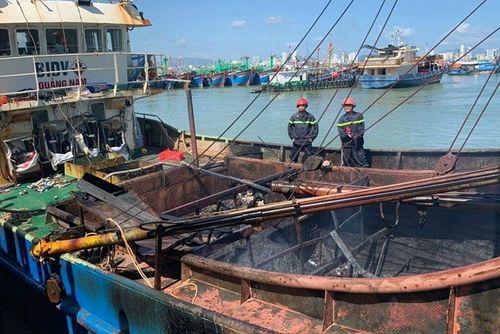 Khánh Hòa: Tàu cá của ngư dân bốc cháy dữ dội, thiệt hại hàng tỷ đồng - Ảnh 1