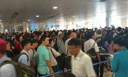 Sân bay Tân Sơn Nhất khuyến cáo: Khách hàng không bịt mặt, không đỗ ô tô trước sảnh quá 3 phút - Ảnh 1
