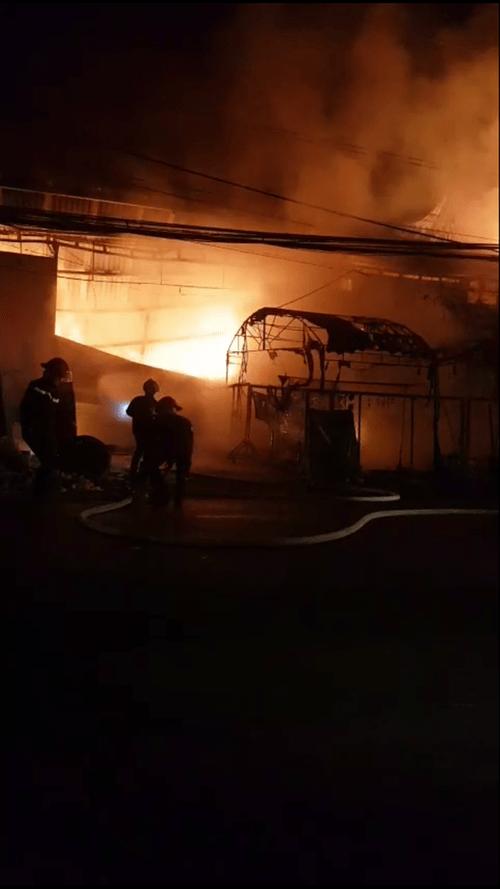 Cứu sống gia đình 4 người mắc kẹt trong đám cháy dữ dội tại Long An - Ảnh 1