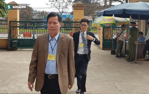 Xét xử vụ chạy thận 9 người chết ở Hòa Bình: Lời khai mâu thuẫn của nguyên giám đốc và PGĐ bệnh viện - Ảnh 1