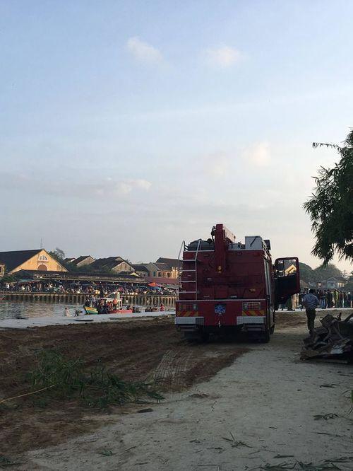 Vụ chồng lao ô tô chở vợ và 2 con xuống sông: Thắt lòng cảnh tìm kiếm thi thể các nạn nhân - Ảnh 2