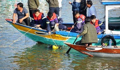 Vụ chồng lao ô tô chở vợ và 2 con xuống sông: Thắt lòng cảnh tìm kiếm thi thể các nạn nhân - Ảnh 5