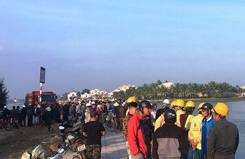 Quảng Nam: Nghi cãi nhau với vợ, chồng lao xe ô tô xuống sông tự tử khiến 3 người tử vong - Ảnh 2