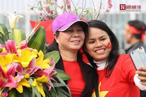 Bố mẹ cầu thủ Quang Hải, Huy Hùng, Duy Mạnh rạng rỡ tại sân bay - Ảnh 7