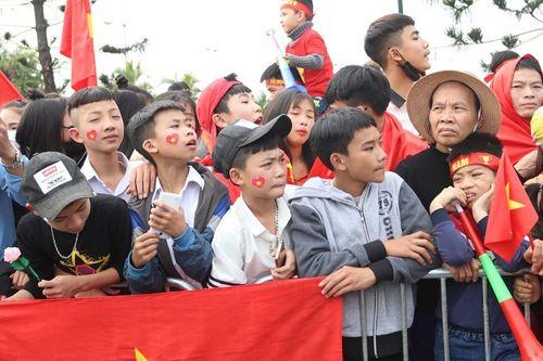 Bố mẹ cầu thủ Quang Hải, Huy Hùng, Duy Mạnh rạng rỡ tại sân bay - Ảnh 2