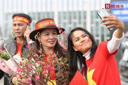 Bố mẹ cầu thủ Quang Hải, Huy Hùng, Duy Mạnh rạng rỡ tại sân bay - Ảnh 5