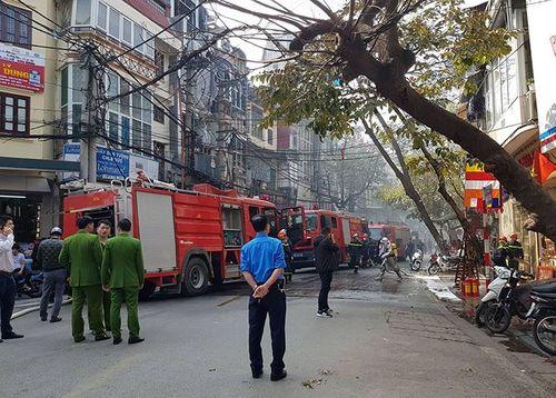 Cháy lớn trên phố cổ Hà Nội ngày 23 Tết, nghi do đốt vàng mã cúng ông Công ông Táo - Ảnh 3