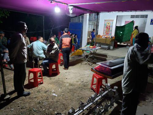 Vụ tai nạn kinh hoàng ở Long An: Đám tang lúc 3h sáng tại căn nhà tình thương nơi xóm nghèo - Ảnh 4