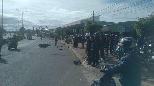 Tai nạn giao thông nghiêm trọng: Xe khách tông trúng 2 xe máy, 4 người thương vong - Ảnh 1