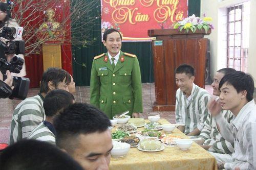 Ấm lòng bữa cơm tất niên đầy hương vị Tết của phạm nhân trong trại giam - Ảnh 2