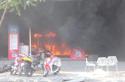 Tiền Giang: Cửa hàng xe máy bốc cháy dữ dội, thiêu rụi nhiều tài sản - Ảnh 1