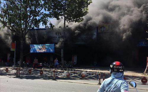 Tiền Giang: Cửa hàng xe máy bốc cháy dữ dội, thiêu rụi nhiều tài sản - Ảnh 2