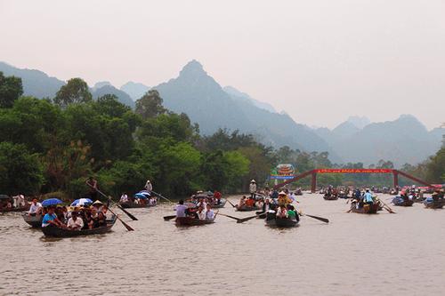 """Bắt 6 """"cò mồi"""" chuyên bám xe khách du lịch, chèo kéo người dân đi đò tại chùa Hương - Ảnh 2"""