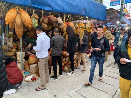 """Hàng vạn du khách đổ về chợ Viềng """"mua may, bán rủi"""" trước ngày khai hội - Ảnh 4"""