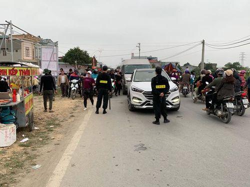 """Hàng vạn du khách đổ về chợ Viềng """"mua may, bán rủi"""" trước ngày khai hội - Ảnh 5"""