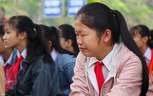 Những giọt nước mắt đau thương trong buổi lễ chào cờ ở ngôi trường có 6 học sinh đuối nước - Ảnh 3