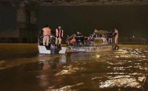 Bắt tạm giam người chồng sát hại vợ, phi tang xác xuống sông Hồng - Ảnh 2