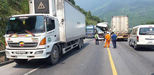 Bình Định: Xe chở khách du lịch Hàn Quốc va chạm với container, 11 người bị thương - Ảnh 2