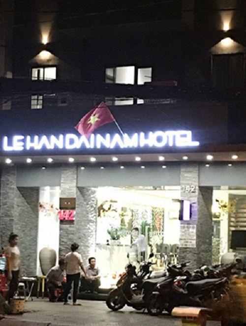 Đột kích khách sạn, bắt quả tang nữ tiếp viên khỏa thân đang kích dục cho khách - Ảnh 1