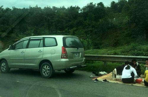 Nhóm người trải chiếu, ngồi ăn trên cao tốc Nội Bài - Lào Cai bị tạm giữ xe - Ảnh 1