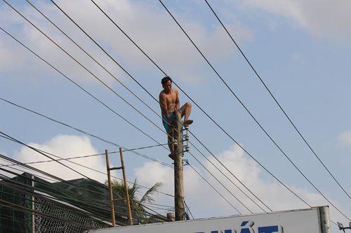 Gần 3h giải cứu nam thanh niên nghi ngáo đá nhảy trên đỉnh cột điện - Ảnh 2