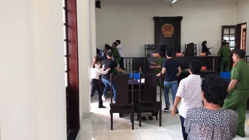 TP.HCM: Truy tố 3 anh em đại náo phiên tòa, đánh kiểm sát viên, lực lượng công an - Ảnh 1