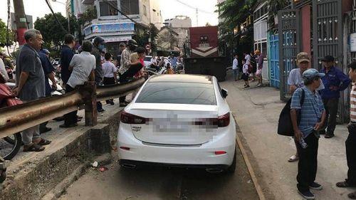 Xử phạt tài xế ngang nhiên đỗ ô tô trên đường ray gây cản trở giao thông - Ảnh 1