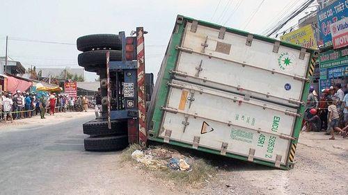 Hiện trường vụ lật xe container làm 3 người chết: Ám ảnh cảnh các nạn nhân nằm dưới thùng xe - Ảnh 1