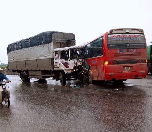 Nghệ An: Xe chở học sinh đi tham quan gặp nạn, 3 người bị thương - Ảnh 1