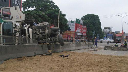 Nghệ An: Lật xe bồn, hàng ngàn lít xăng tràn lênh láng trên quốc lộ - Ảnh 2