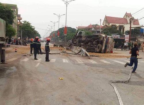 Nghệ An: Lật xe bồn, hàng ngàn lít xăng tràn lênh láng trên quốc lộ - Ảnh 3