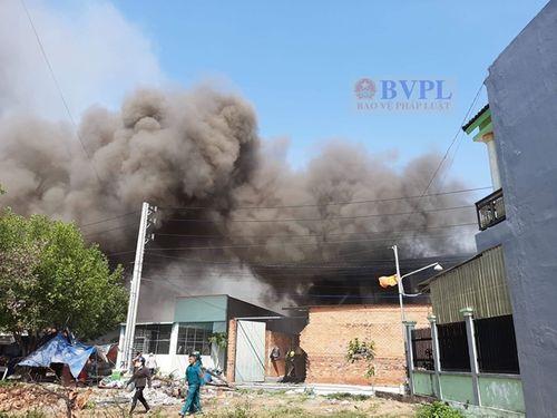 Bình Dương: Cháy xưởng gỗ rộng 1.000m2, người dân hoảng sợ bỏ chạy - Ảnh 1