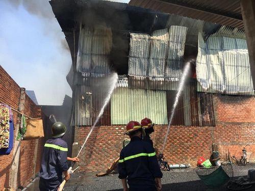 Bình Dương: Cháy xưởng gỗ rộng 1.000m2, người dân hoảng sợ bỏ chạy - Ảnh 3
