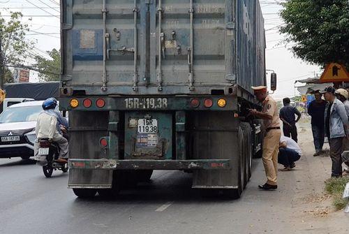 Tin tai nạn giao thông mới nhất ngày 31/3/2019: Va chạm container, người thợ hồ tử vong thương tâm - Ảnh 1
