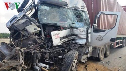 Tin tai nạn giao thông mới nhất ngày 31/3/2019: Va chạm container, người thợ hồ tử vong thương tâm - Ảnh 3