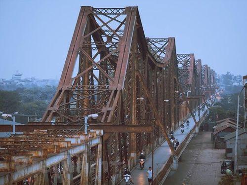 Tìm kiếm người đàn ông bị tàu đâm văng xuống sông Hồng vì đi bộ trên đường ray cầu Long Biên - Ảnh 2