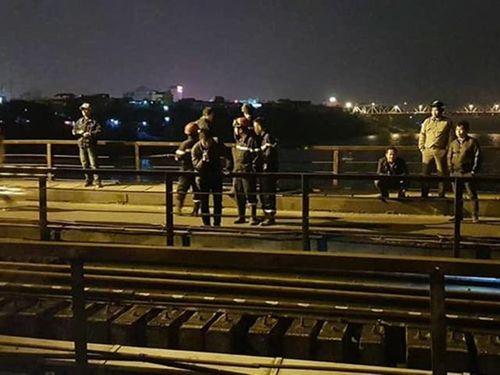 Tìm kiếm người đàn ông bị tàu đâm văng xuống sông Hồng vì đi bộ trên đường ray cầu Long Biên - Ảnh 1
