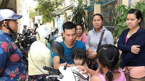 Hàng chục phụ huynh kéo đến bao vây cơ sở mầm non bạo hành trẻ  - Ảnh 3
