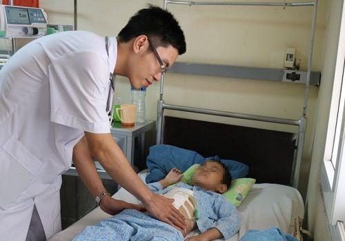 Quảng Ninh: Bé 6 tuổi bị vỡ gan, đứt đôi tuỵ vì chậu cây cảnh đổ vào người - Ảnh 1