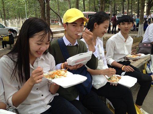 Chuẩn bị suất ăn miễn phí cho thí sinh thi THPT Quốc gia - Ảnh 1