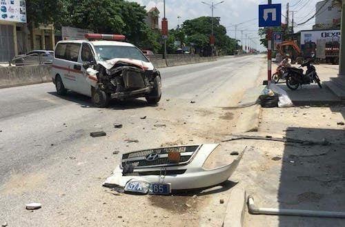 Xe cấp cứu mất lái đâm thẳng vào nhà dân, nhiều người hoảng hốt - Ảnh 1