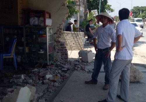 Xe cấp cứu mất lái đâm thẳng vào nhà dân, nhiều người hoảng hốt - Ảnh 2