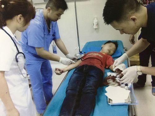 Thái rau chuối giúp bố mẹ, bé trai bị đứt lìa ngón tay - Ảnh 1