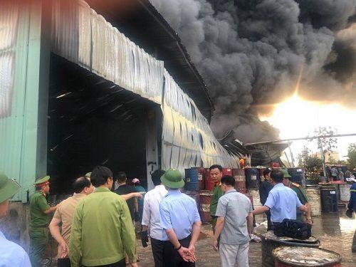 Quảng Ninh: Xưởng chứa nhựa thông cháy lớn suốt 3 tiếng đồng hồ - Ảnh 3