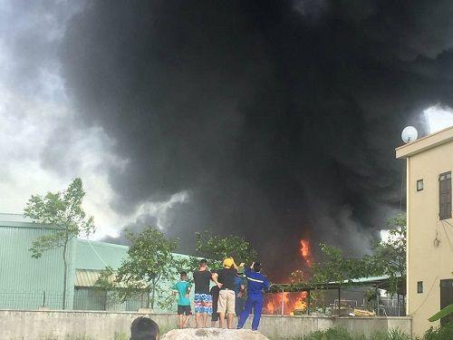 Quảng Ninh: Xưởng chứa nhựa thông cháy lớn suốt 3 tiếng đồng hồ - Ảnh 1