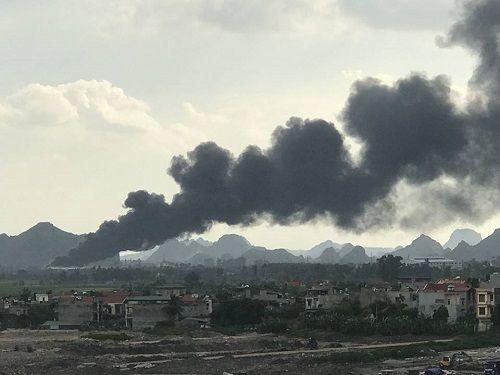 Quảng Ninh: Xưởng chứa nhựa thông cháy lớn suốt 3 tiếng đồng hồ - Ảnh 2