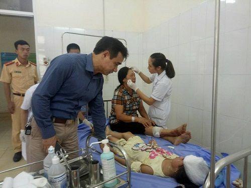 Quảng Ninh: Xe khách va chạm với container, 10 người thương vong - Ảnh 2