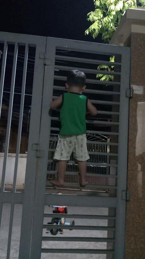Bị bạn rủ rê, cậu bé 3 tuổi liều lĩnh leo cổng sắt đi chơi - Ảnh 3