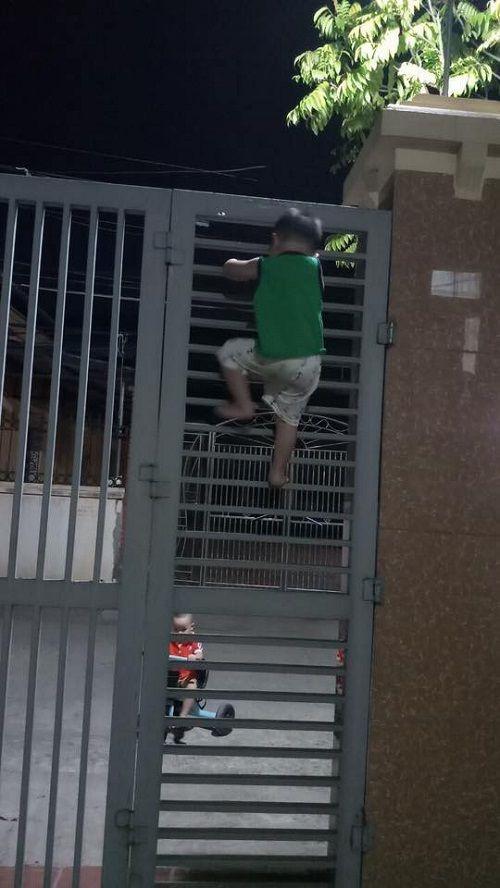 Bị bạn rủ rê, cậu bé 3 tuổi liều lĩnh leo cổng sắt đi chơi - Ảnh 2